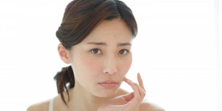毛穴の開き テカリ 肌悩みの女性